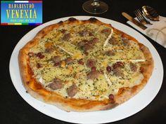 Una delle nostre pizze speciali: Brie, salsiccia e arachidi.