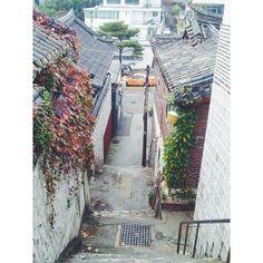 .@hstranger_   가을이 짙어졌다. #가을 #골목 #계단 #한옥 #fall #stair   Webstagram