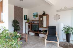 Dieses HARTL HAUS Kundenhaus hat einen offen gestalteten Wohnbereich mit Holzelementen. Bookcase, Shelves, Home Decor, Open Living Area, Timber Wood, Homes, Shelving, Decoration Home, Room Decor