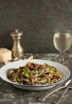 Spring spaghetti with pesto, broad beans and crispy bacon