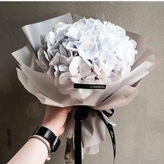 New flowers bouquet ideas graduation Ideas Hand Bouquet, Dried Flower Bouquet, Dried Flowers, How To Wrap Flowers, My Flower, Pretty Flowers, White Flowers, Deco Floral, Arte Floral