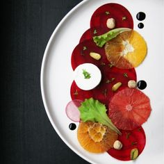 A lovely Beet Carpaccio Salad with orange, goat cheese and balsamic vinegar reduction! Healthy Salad Recipes, Raw Food Recipes, Vegetarian Recipes, Food Design, Beetroot Carpaccio, Salad Presentation, Appetizer Salads, Appetizers, Vegetable Dishes