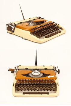 Diese portable Schreibmaschine ist die Luxus-Edition von der berühmten Groma Kolibri und etwa 1965 in der ehemaligen DDR (Ostdeutschland) produziert