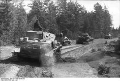Barbarossa, summer 1941: Panzer IV kurtz, Sd.Kfz. 250 and Panzer 38(t) on the move.
