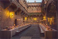 U shape table in the court of Castello di Vincigliata Destination Wedding in Tuscany. Tavolo a ferro di cavallo per il Matrimonio nella corte del Castello di Vincigliata, Fiesole