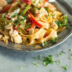Zwischen den langen Pastafäden finden sich knackiges Gemüse und zarte Hähnchenbrust wieder, die in sahniger Sauce mit Südstaatengewürz gebadet haben.