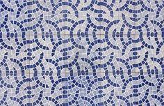 Mosaico de azulejos antiguos con un diseño abstracto en dos tonos de azul Foto de archivo