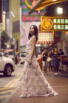 Campanha Coleção Hong Kong Primavera/Verão 2016 SS16 China. Vestido de festa longo, floral, cor de rosa, bordado