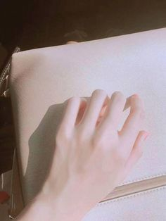 ✿ Follow Pinterest || Bối Thiên Trà (Đừng save free nha.. Please~) Hand Photography, Photography Filters, Artistic Photography, Hand Reference, Drawing Reference Poses, Love Has No Labels, Pale Skin, Beautiful Hands, Human Body