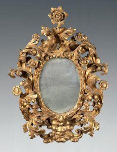 Miroir ovale dans un cadre en bois sculpté et doré, à décor de feuilles d'acanthe à revers crispés, enroulements et fleurettes. À la base, un mascaron barbu. Italie, XVIIIe siècle. Haut.: 99 - Larg.:… - Boisgirard - Antonini - 28/05/2014