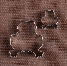 Use our frog cookie cutters to make fun sugar cookies. The mini frog cookie cutter can also be used to cut out fondant for cupcake toppers or pie dough for decorative crusts on your pies! To decorate