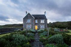 La tourbe et la mer ont donné aux scotchs d'Islay leur goût particulier. Chaque année, des milliers d'amateurs rejoignent l'île pour y faire la tournée des distilleries et profiter d'une nature envoûtante. Récit d'une virée dans l'île des scotchs et sa petite voisine, Jura.