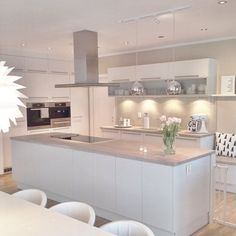 Love looking for great white kitchen decorating ideas? Check out these gallery of white kitchen ideas. Tag: White Kitchen Cabinets, Scandinavian, Small White Kitchen with Island, White Kitchen White Witchen Countertops Kitchen Living, New Kitchen, Kitchen White, Kitchen Small, Kitchen Ideas, Space Kitchen, Rustic Kitchen, Kitchen Hacks, Cuisines Design