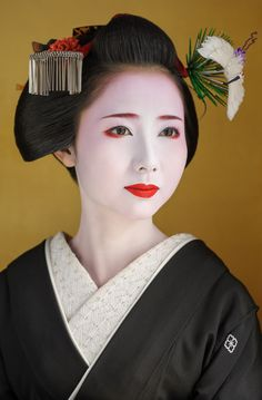 Maiko Mamehana with Sakko. Kyoto, Japan.Photography by John Paul Foster.