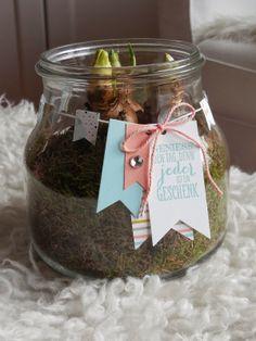Vul een leuke pot met aarde en een paar bloembolletjes, en versier met een zelfgemaakt label.