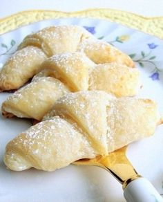 Lemon Cream Cheese Croissants ~ Croissants are crescent-shaped rolls that are typically bought. Super simple recipe, which will teach you how to make these sweet treats for a breakfast. Lemon Desserts, Lemon Recipes, Just Desserts, Sweet Recipes, Delicious Desserts, Dessert Recipes, Yummy Food, Cheese Croissant, Little Lunch
