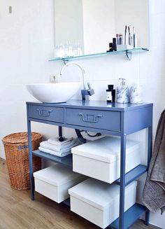 banheiro com armário azul