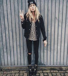 Mega babe @KellySpronk in her Catwalk Junkie leopard sweater. Shine on and stay warm.