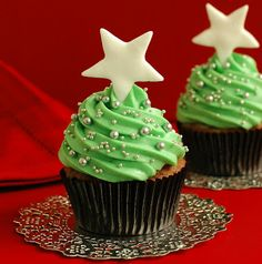Christmas Tree Cupcakes! This looks like a simple and elegant way to decorate holiday themed cupcakes!