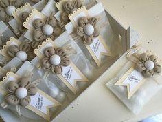 Bomboniere per la Prima Comunione di Zarina: Buste di carta e magneti a forma di fiore imbottito.