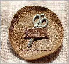 ちいさな革のお皿 - ちっちゃなよろずや Plates, Licence Plates, Dishes, Plate, Dish