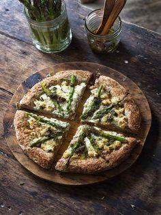 Rústica: Pizza Integral con Requesón & Espárragos Food Concept, Empanadas, Calzone, Asparagus Recipe, Food Inspiration, Sandwiches, Yummy Food, Healthy Recipes, Cooking