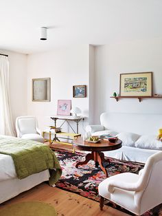 Rustic meets colorful and fun! Love the vibe of this farmhouse spotted on nuevo estilo !