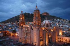 La majestuosa Catedral-Basìlica de Zacatecas y, al fondo, el milenario cerro de LA BUFA.