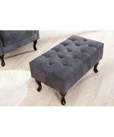 Avec son style baroque, ce magnifique tabouret capitonné Chesterfield de coloris gris, fera un bel effet dans votre intérieur. Son design évoque la façon ang... Chesterfield, Sofas, Baroque, Chair, Furniture, Style, Home Decor, Products, Environment