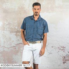 Camisa jeans, uma peça perfeita para acompanhar a bermuda branca. Dá um ar arrumado e elegante, ao mesmo tempo sofisticado para os dias de verão. #Aposte #CarnavalGdoky #Gdokymen