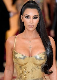 Kim Kardashian fashion is attractive. She wore a gold gown. By the way, Kim Kardashian long dress is a nice idea for wedding dresses. Khloe Kardashian, Estilo Kardashian, Kardashian Kollection, Kim Kardashian Ponytail, Kardashian Hairstyles, Kardashian Wedding, Kardashian Fashion, Kendall, Elegant Woman