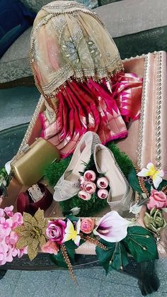 Indian Wedding Gifts, Creative Wedding Gifts, Desi Wedding Decor, Luxury Wedding Decor, Diy Wedding Gifts, Wedding Crafts, Bridal Gifts, Bridal Gift Wrapping Ideas, Wedding Gift Baskets