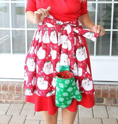 Apron with Detachable Oven Mitt Pattern | This DIY apron comes with a printable oven mitt pattern!