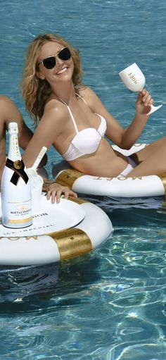 Summertime with Moet champagne. Champagne France, Luxury Family Holidays, Miss And Ms, Woman Wine, Let's Have Fun, Glamour, Luxury Yachts, Summer Breeze, French Riviera