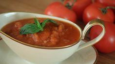 Os amantes das especialidades italianas sabem que um bom molho de tomate pode mudar o sabor de um prato. Sabendo disso, o chef italiano Emmanuele Cucchi cede gentilmente aos leitores da Casa Vogue o passo a passo do legítimo molho de tomate criado na Itália. Clique na foto e confira!