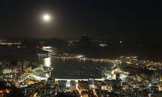 A lua cheia vista do Mirante Dona Marta Foto: Marcelo Carnaval / Agência O Globo
