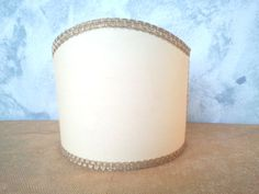 Bright lampshade in veined parchment, finished with operated gold trim. 45,00 €