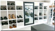 Moderne spiegel zwarte lijst in schoenenwinkel