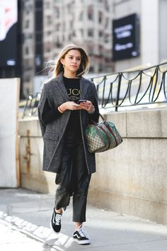 Street style from New York Fashion Week is providing us with endless layering inspiration. Ny Fashion Week, New York Fashion, Winter Fashion, Street Outfit, Street Wear, Estilo Vans, Street Style 2016, Fashion Pictures, Style Pictures