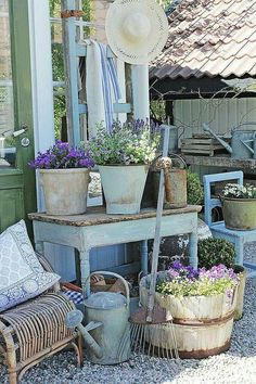 Vintage Decor Ideas - Vintage garden design is a growing trend for outdoor living spaces. We present you vintage garden decor ideas for your garden improvement. Vintage Garden Decor, Diy Garden Decor, Shabby Chic Garden Decor, Vintage Gardening, Country Garden Decorations, Country Decor, Table Decorations, Rustic Gardens, Outdoor Gardens