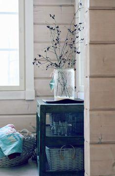 alder pinecones, tiny small pinecones, pienet kävyt, pikkukävyt, lepän oksa, old glass jar, vanha narupurkki, riihimäen lasi, erkkeri, hirsitalo, log home,