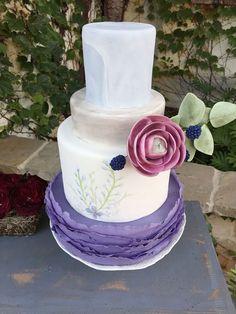 Fondant cake with sugar flower ~ we ❤ this! moncheribridals.com