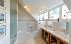 Das Bad der Dachetagenwohnung in Salzburg-Morzg lädt zum Relaxen ein. Salzburg, Alcove, Bathtub, Bathroom, Real Estates, Haus, Standing Bath, Washroom, Bath Tube