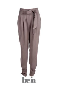 Translated - Trouser leg may be soft lines, or collected at the ankle, or slightly flared and / or collected at the ankle.