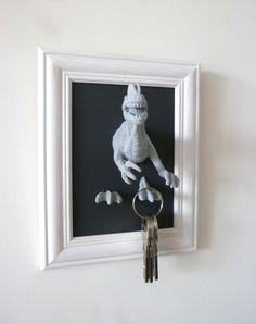 Accroche-clés : dinosaure gris clair sur fond gris foncé et cadre blanc : Décorations murales par les-mobidulles