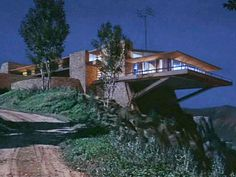 The iconic Vandamm house from North by Northwest is actually a fake. As Lloyd Wright was cost-prohibitive even by Hollywood standards, the production's low budget work-around resulted in a home as memorable as any to grace the silver screen. Amazing Architecture, Modern Architecture, Dream Home Design, House Design, Tv Set Design, North By Northwest, Modern Lighting Design, House On A Hill, Mid Century House