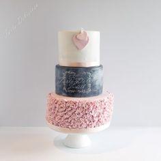 Bruidstaarten - Torta Deliziosa krijtbord en ruffels blush wedding cake chalkboard and ruffels