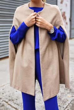 Atlantic-Pacific : Solid Color Outfit with Neutral Vest/Poncho/Coat. Vogue, Passion For Fashion, Autumn Winter Fashion, Winter Outfits, Style Me, Personal Style, Trench, Jeans, Creations