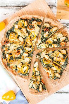 Healthy Spinach Artichoke Chicken Pizza Recipe - A yummy yet healthy pizza recipe you will go crazy over! Only 150 calories per slice! Chicken Pizza Recipes, Healthy Pizza Recipes, Cooking Recipes, Paleo Pizza, Calzone, Stromboli, Pasta, Quiches, Spinach Artichoke Chicken
