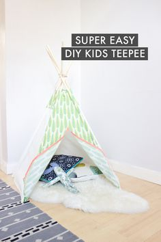 How to make a super easy DIY kids play tent How to make a DIY teepee for the special little people in your life. Just using a sewing machine, some fabric and a few dowels. No power tools needed! Diy Tipi, Diy Kids Teepee, No Sew Teepee, Sewing Projects For Kids, Sewing For Kids, Diy Projects, Sewing Ideas, Sewing Patterns, Sewing Hacks